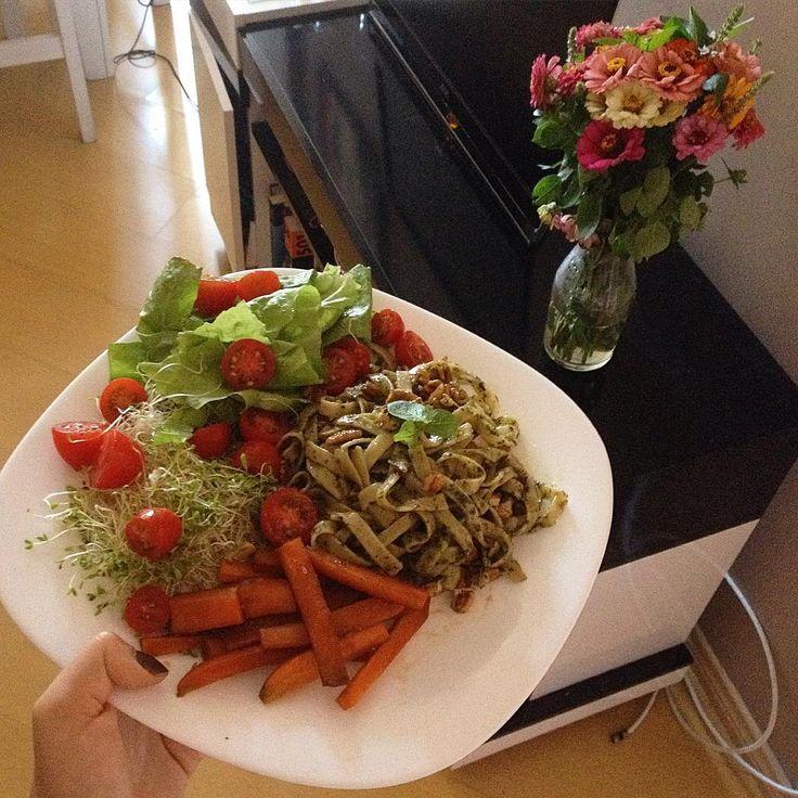"""60 curtidas, 5 comentários - Luíza Tavares (@luiza.organica) no Instagram: """"Almoço vegan 🌱 Massa de arroz integral com pesto caseiro e nozes pecã, cenoura, brotos de alfafa,…"""""""