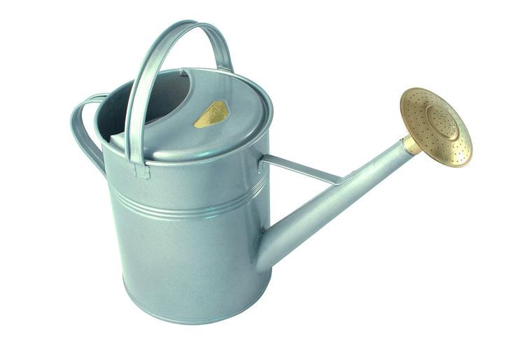 Traditionele metalen gieter met twee handvatten. Lichtgrijs.
