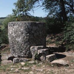 Les Ruines des Cars.Villa gallo-romaine.grande cuve monolithe (taillée dans un seul bloc de pierre en granit), connue sous le nom de Bac des Cars (dimensions: 2,75 m sur 2 m, pour une hauteur de 1,75m). C'est le réservoir d'eau qui grâce à des canalisations en plomb alimentait une piscine chauffée et une vasque avec jet d'eau. situé sur la commune de Saint-Merd-les-Oussines (Corrèze).