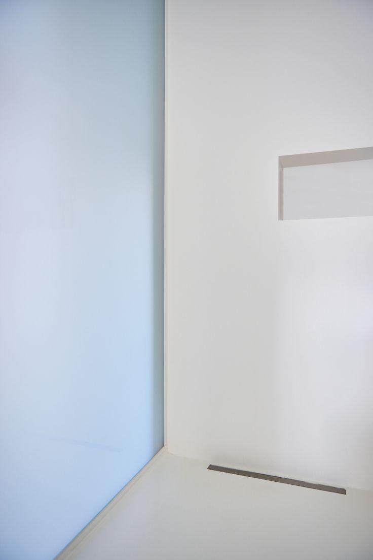 Witte douche, zowel de muren als de wanden afgewerkt in PU (kunsthars), zonder voegen en super eenvoudig in onderhoud. Geen voegen! Bekijk de andere foto's op onze website!!