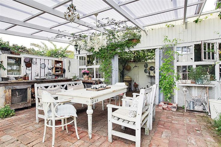 Goergous shabby chic outdoor kitchen/dining  in Scandinavia