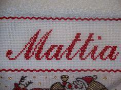 Mani di Dani: Bavaglino ricamato a mano con nome Mattia