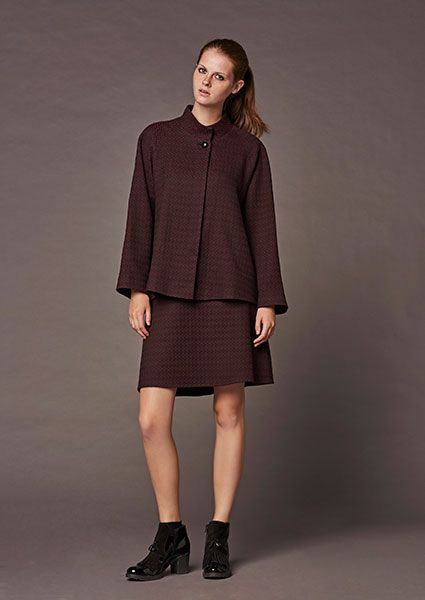 Stylish and comfortable jacquard jacket for all day in burgundy-black color combination with mao collar and an external button.A special characteristic the hidden placket with buttons inside