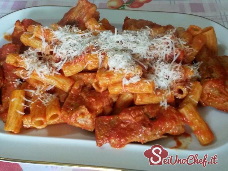 Rigatoni conditi con un gustosissimo sugo preparato con costolette di maiale; un tipico piatto della cucina napoletana.