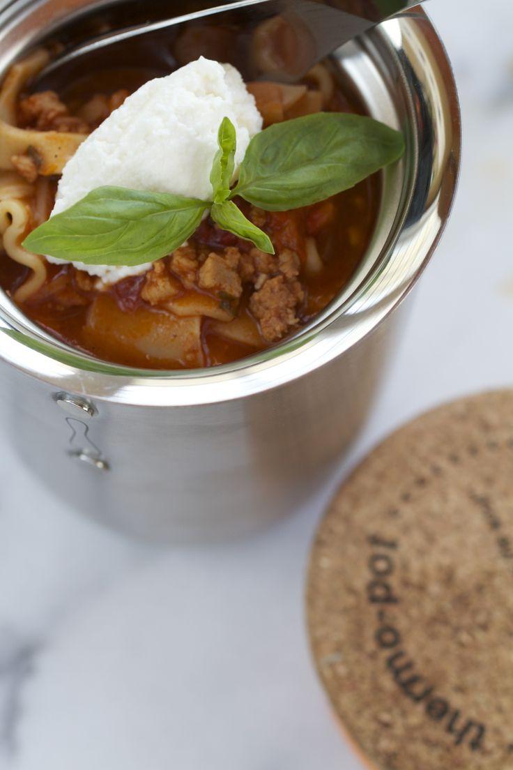 Le contenant-repas isotherme (le fameux Thermos©) est un équipement indispensable pour rendre la boite à lunch pratique, colorée, variée et attrayante. C'est aussi un incontournablelorsqu'on planifie une sortie en plein air avec des enfants affamés! Pour une «virée» à saveur hivernale auCarnaval de Québec ou pour la relâche en famille, on le remplit d'une délicieuse soupe-lasagne à la viande, chaude et soutenante. Oui, oui! Oubliez les interminables étages de sauce…