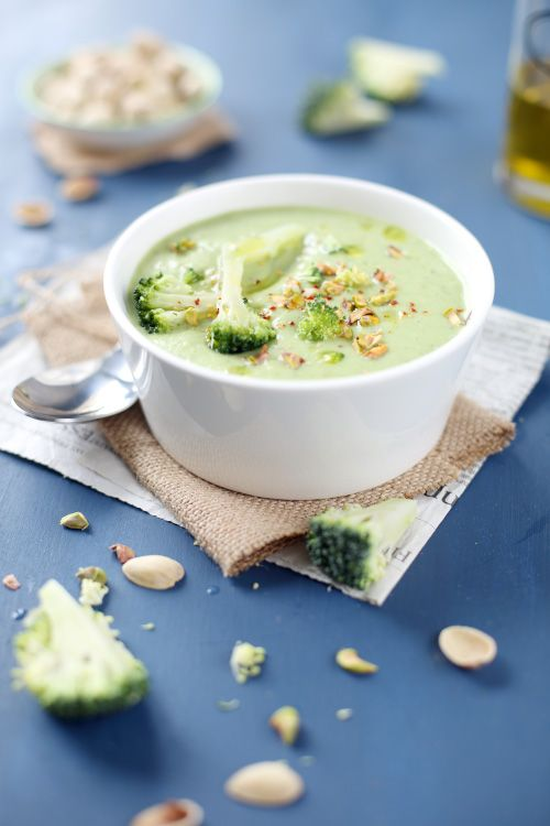 Seuls trois ingrédients composent ce velouté : le brocoli, le Saint-Morêt et la pistache. Il n'en faut pas plus pour obtenir un résultat tout doux dans la