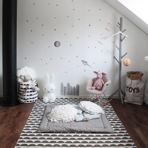 Kombon ljusgrått & gammelrosa gillar vi👌Pris för väggen med prickar, dagens outfit med pilar, byggnader, raket & måne = 1150kr❕➡️stickstay.se 〰〰〰〰〰〰〰〰〰〰〰〰〰〰 #stickstay #stickers #wallstickers #väggdekaler #barnrum #barn #kidsroom #kids #barnrumsinspo #barnrumsinspiration #barnrumsinredning #barnrumsdetaljer #kidsdecor #finabarnsaker #finabarnrum #mittbarnerom #kidsinterior #kidsdesign #kidsperation #barneroom #inspirationforpojkar #inspirationforflickor #inspoforkiddos #kidsinspo #kidsdeco…