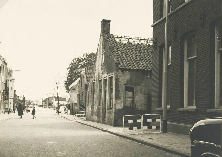 Stationsstraat. De afbraak van het pand van H. v.d. Stelt voor de aanleg van de Neerhofstraat