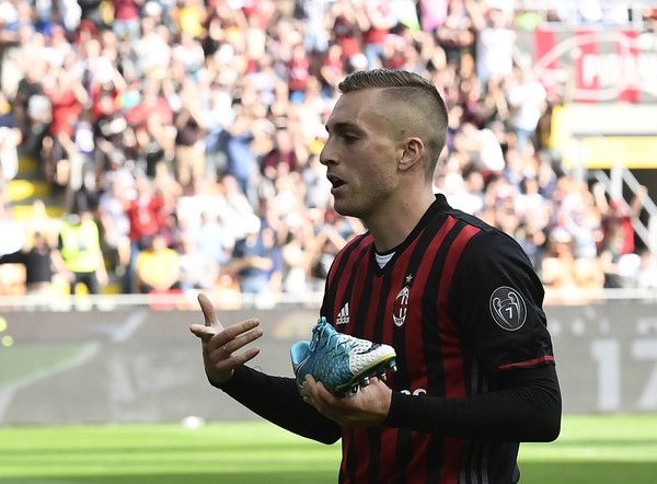 AC Milan's Spanish forward Gerard Deulofeu shows his shoe after scoring during the Italian Serie A football match AC Milan vs Palermo at the San Siro stadium in Milan on April 9, 2017. / AFP PHOTO / MIGUEL MEDINA