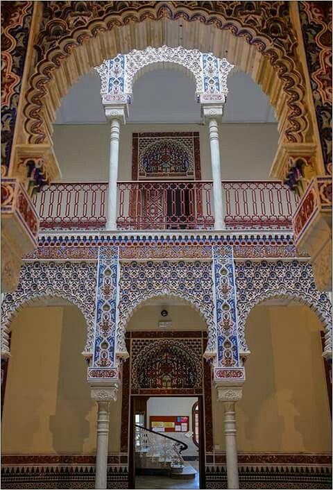 Patio arabe. Arriba entrada a la biblioteca, abajo hall y escalera