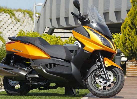 Scooter de 300 CC Superdink 300i de Kymco - El mejor modelo de scooters con ABS.