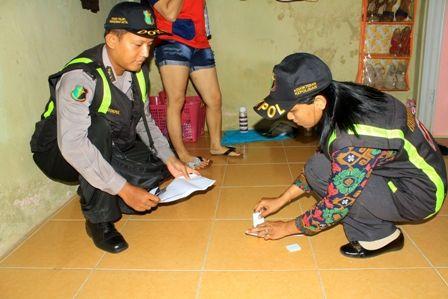 Petugas melakukan test urine di kamar kos