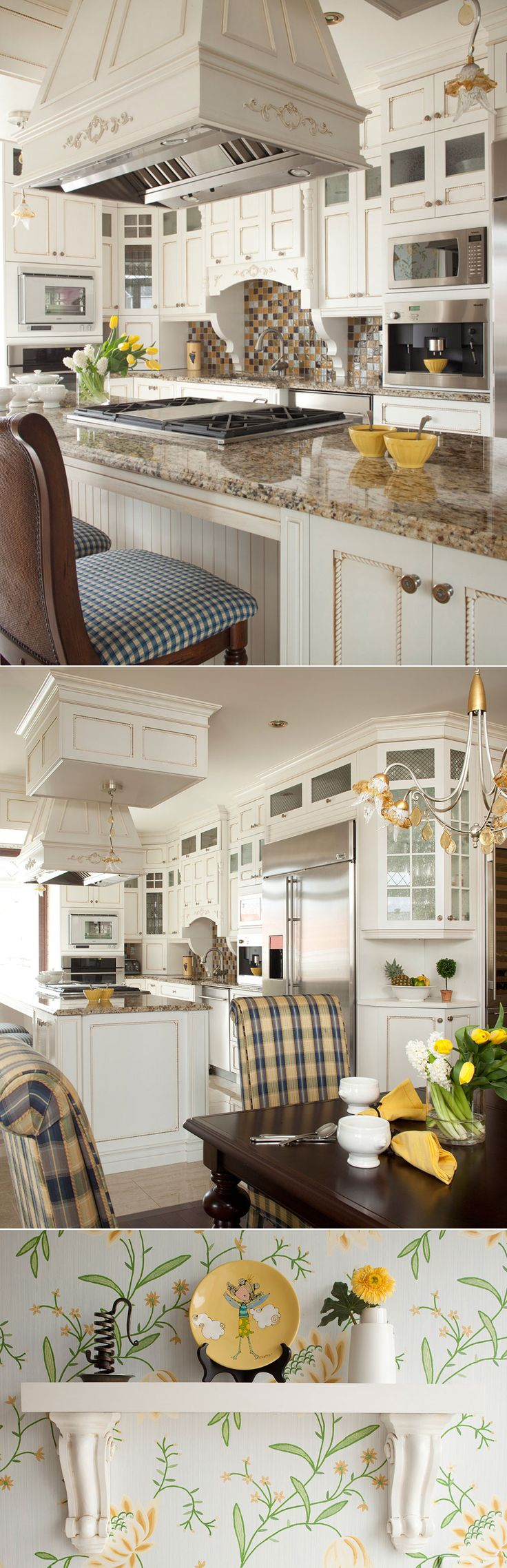 Les éléments de cette cuisine et ses portes d'armoires, tels les panneaux d'armoires de style shaker aux moulures torsadées, font d'elle une cuisine classique, mais une qui intègre un glacis appliqué sur la laque. Le résultat : un petit côté très chaleureux.   L'élégance et le raffinement se retrouvent dans plusieurs de ses détails – comme le carrelage dans les portes d'armoires de cuisine vitrées, lequel alterne avec le grillage, et qui apporte légèreté a la pièce.