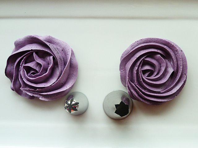 Spritztüllen: Buttercreme-Rosen auf Cupcakes zum Valentinstag