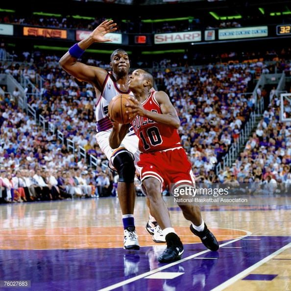 Fotografia de notícias : B.J. Armstrong of the Chicago Bulls attempts a...