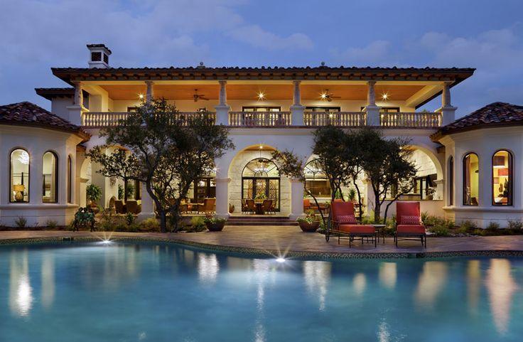 Belle demeure de grand standing à l'aménagement terrasse soulignant la belle piscine