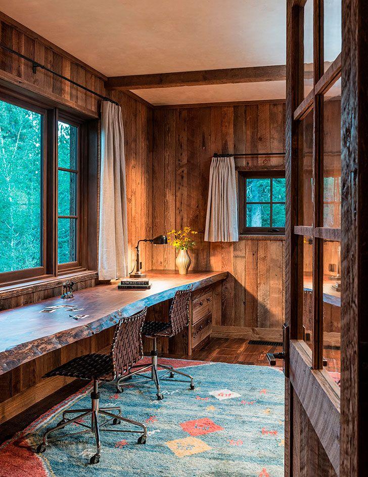 La casa está hecha de piedra y madera en los bosques de Wyoming | casa de fotos en un estilo rústico