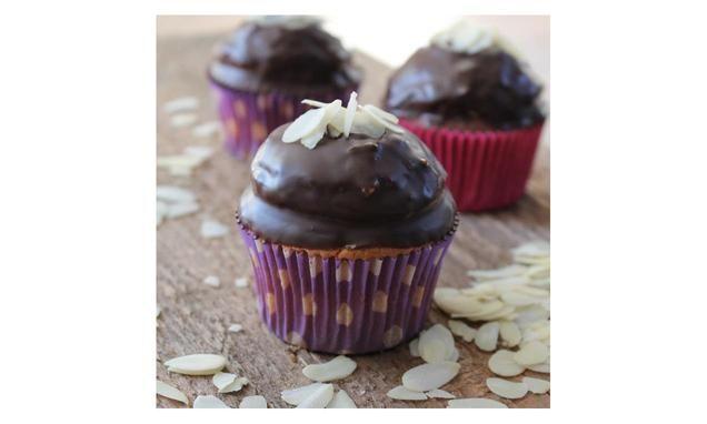 Amandel & Kokos Cupcakes                              -                                  Cupcakes met een romige toef van amandel-kokoscrème omhuld met choco dip.
