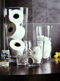 Schlichte Aufbewahrung im Glas: Super für alle, die ihr Badezimmer nicht mit schreiend bunten Verpackungen verschandeln wollen.
