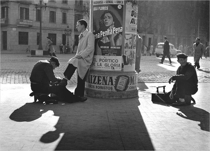 Francesc Català-Roca (Valls, Tarragona, España, 1922 - Barcelona, España, 1998): Limpiabotas en la Gran Vía de Barcelona 1950 (ca.) | Museo Nacional Centro de Arte Reina Sofía