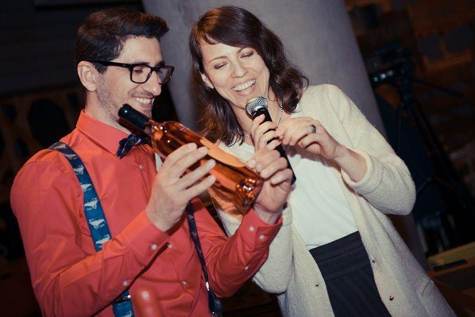 2013.04 - Daniel Negrescu, brand manager Murfatlar, si designerul Carla Szabo explicand audientei eticheta celui mai exclusivist vin din portofoliul M1: Fatum (aici editia 2012). S-a intamplat la Crazy, in Constanta. #cramaatelier #M1eveniment