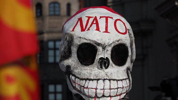 """Italienische Anti-Kriegs-Aktivisten wollen heute zur NATO-Basis auf dem militärischem Sperrgebiet """"Poligono di Quirra"""" an der Ostküste Sardiniens marschieren. Sie wollen gemeinsam gegen die negativen gesundheitlichen Auswirkungen, wie Krebserkrankungen und Umweltverseuchung, durch den  größten NATO-Truppenübungsplatz Europas protestieren. Wir übertragen den Protest live."""