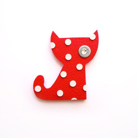 KOČIČKA PUNTIČKÁŘKA Originální kočičí brož červená s puntíčky :-) Veliskot 5 x 5 cm. Doba dodání po obdržení platby je cca 4 dny. Děkuji za trpělivost :-)
