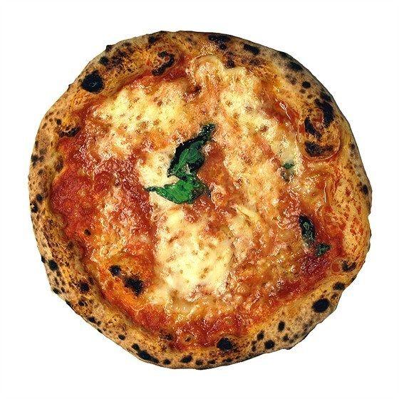 Пицца «Маргарита» с базиликом и моцареллой