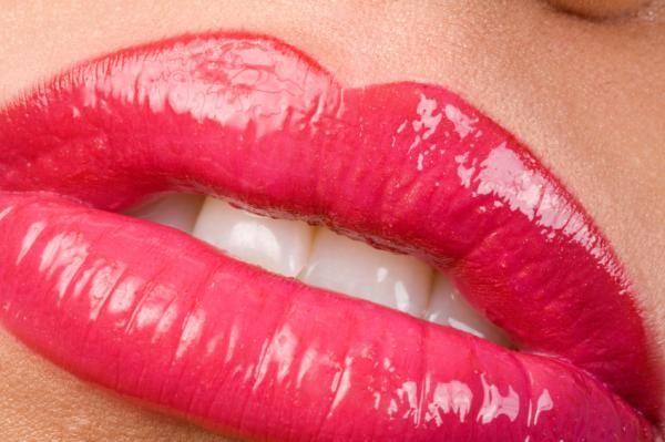 Cómo tener labios carnosos. ¿Te gustaría tener unos labios más carnosos sin la necesidad de recurrir a la cirugía? A pesar de que el efecto voluminizador no es el mismo, sí es posible lucir unos labios más gruesos y sensuales po...