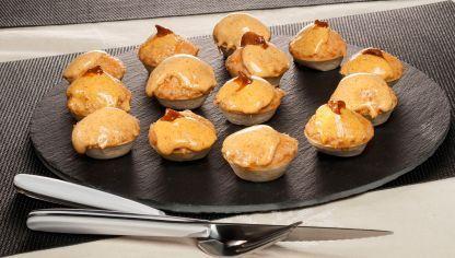 Bruno Oteiza prepara unas tartaletas rellenas de pastel de pescado (merluza) y cubiertas con mahonesa de erizo de mar, un aperitivo para sorprender.