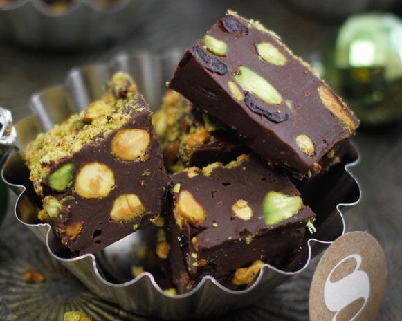 Μια συνταγή για ένα πανεύκολο για αρχάριους, υπέροχο, σοκολατένιο γλύκισμα ψυγείου με φιστίκιαΑιγίνης και αποξηραμένα φρούτα. Τόσο απλό στη παρασκευή του,