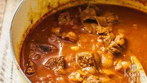 Heerlijke traditionele goulash! Goulash is een heerlijk gerecht met blokjes rundvlees dat oorspronkelijk afkomstig is uit Hongarije maar dat al decennialang omarmd wordt door andere landen. Ook wij zijn groot fan van het gerecht! Het lijkt altijd zo moeilijk maar met dit recept is het een fluitje