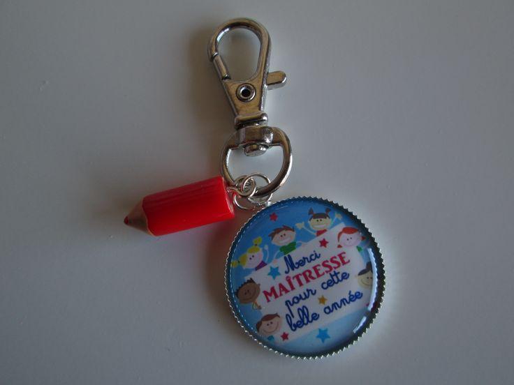 """Porte-clés """"merci maîtresse pour cette belle année"""" avec crayon en résine rouge. 7.00 euros.  A retrouver sur ma page facebook : https://www.facebook.com/Les-Bobinettes-1699438450336617/ Ou sur la boutique a little market : https://www.alittlemarket.com/boutique/les_bobinettes-2737221.html"""
