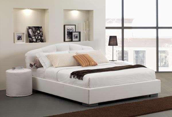 Camera da letto bianca - Modello con comodini in coordinato fra le idee per arredare una camera da letto moderna