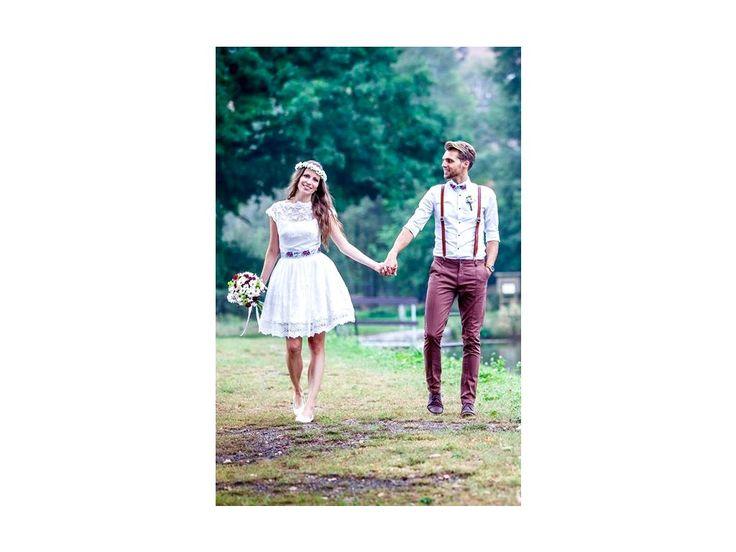 Folklórní svatební šaty s bavlněnou vintage krajkou . krajkový živůtek s lodičkovým výstřihem starodávná bavlněná krajka sukně lemovaná bordurou pas je zvýrazněný folklórní stuhou (možné vyměnit za barevný saténový pásek) svatební šaty vám ušijeme...