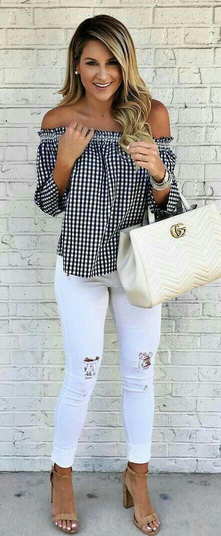 Para salir.  Linda y fresca  Jeans blancos desgarrados, blusa son hombros (shoulder) a cuadros.