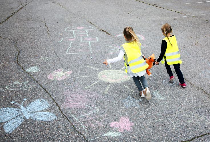 Leikitään yhdessä. Postaamme muutamia suosikkejamme parin viikon ajan. Mikä on oma lempparisi? (Kuvassa tytöillä on olkalaukku Kuvaverkon verkkokaupasta. www.kuvaverkko.fi) #olkalaukku #laukku #valokuva #muotokuva #lapsikuva #päiväkotikuva #koulukuva #kuvaverkko #rakkaat #leikitään #leikitäänyhdessä #ulkoleikki #leikki #kaverit #bestikset #syksy #huvinvuoksi