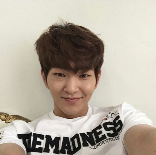 Jinki's instagram update onew so cute: