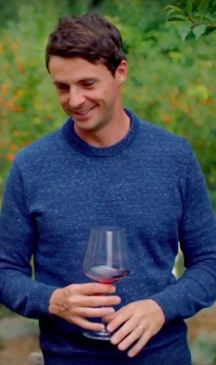 """Esta é a minha imagem favorita de Matthew Goode hoje. Por quê? """"A camisola azul do Sexo"""" - é por isso. . Ah, e aquele sorriso doce [Estive tela tampando novamente - alguém tem que me parar. ITV / Show Wine]"""