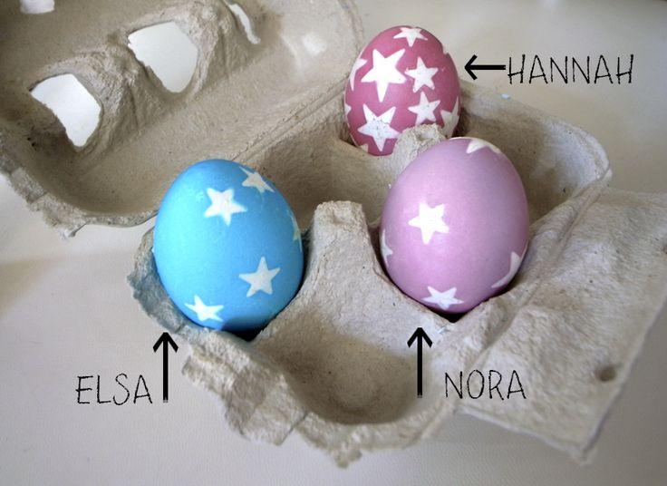 Du kannst Eier mit Lebensmittelfarbe färben. Klebe Aufkleber auf die Eier bevor Du sie färbst und löse sie danach wieder ab!