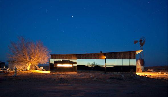 Des étudiants de l'Université du Colorado, sous la direction du professeur Rick Sommerfeld, ont imaginé et construit cette cabane améliorée pour une femme Navajo vivant dans le désert de l'Utah. Tout en longueur, la construction est composée de bois et de larges panneaux de verre offrant une touche de moderne dans la paysage.