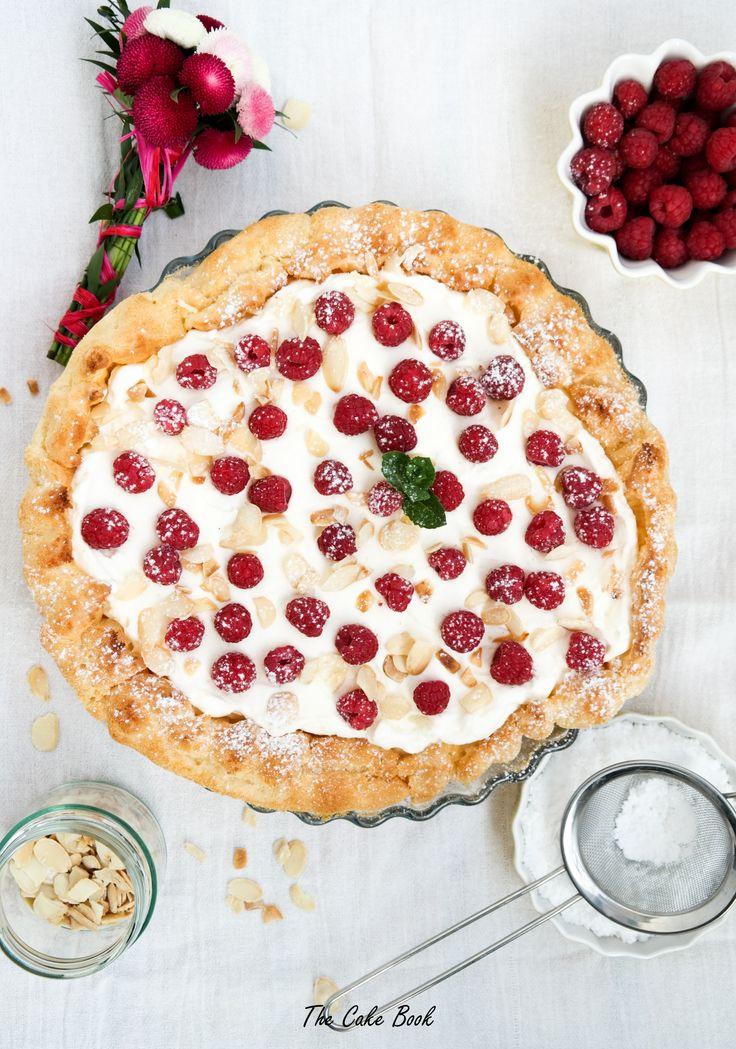 Tarta z ciasta parzonego z kremem budyniowym, bitą śmietaną i malinam