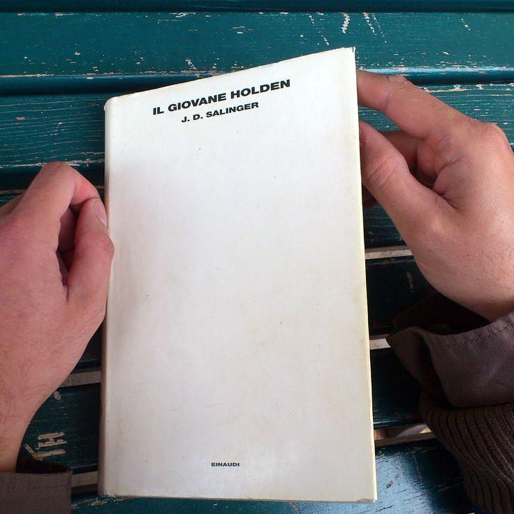 Davvero ho qualcosa di nuovo da dire sul Giovane Holden? No. Ma Salinger è uno dei nostri padri, Holden uno dei nostri migliori amici o peggiori nemici. O tutte e due le cose. Eventualità che si verifica piuttosto frequentemente. Da rileggere ad alta voce senza pietà alcuna per gli astanti, tante e tante volte. Ben Apfel  #leggere #libro #libri  leggi il blomanzo di Ben Apfel qui: farefuorilamedusa.com