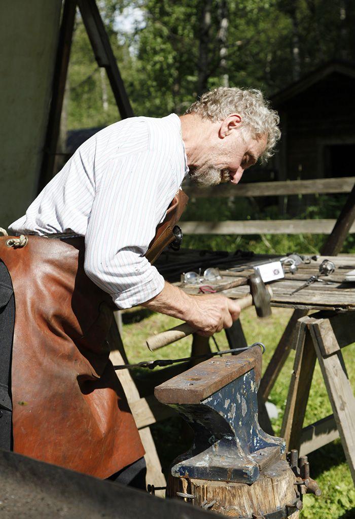 Rauta taipuu sepän käsissä uusiksi tarve-esineiksi. Oulu (Finland)