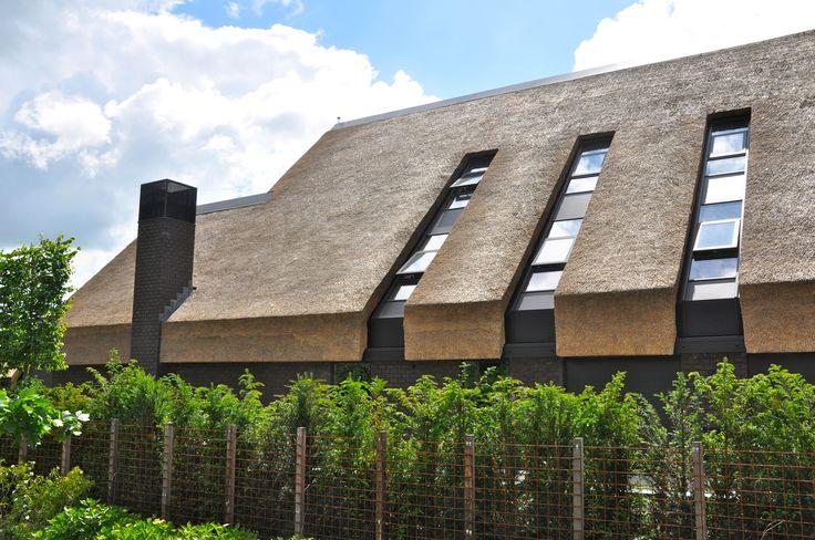 Prachtige villa in Haren van riet voorzien door Pape Rietdekkers uit Gelderland. www.pape-riet.com