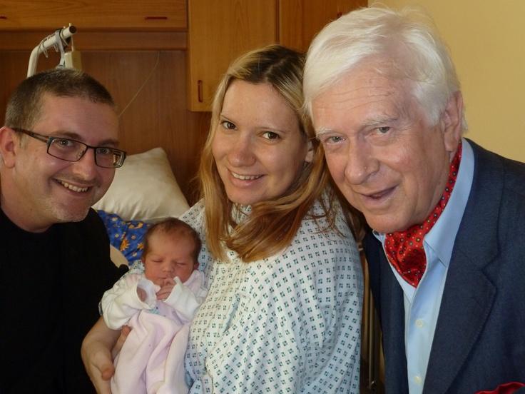 Opa Prof. Hademar Bankhofer auf Besuch beim Baby...