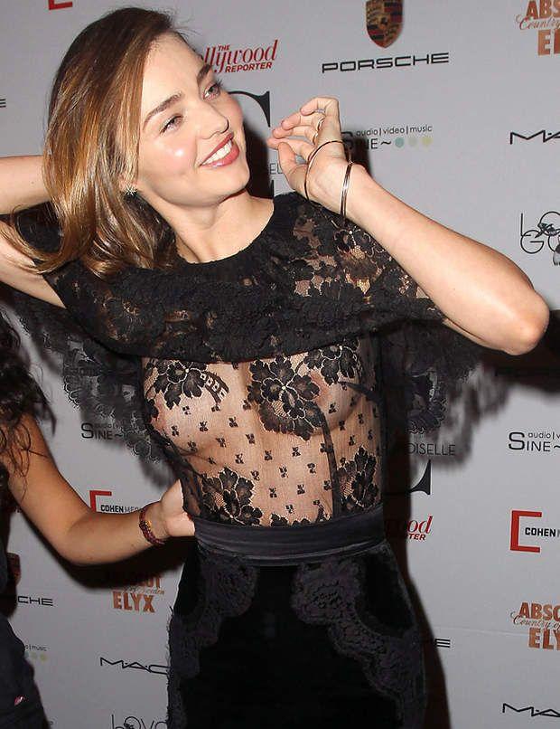 On comprend mieux la double dose de dentelle dans la robe de Miranda Kerr