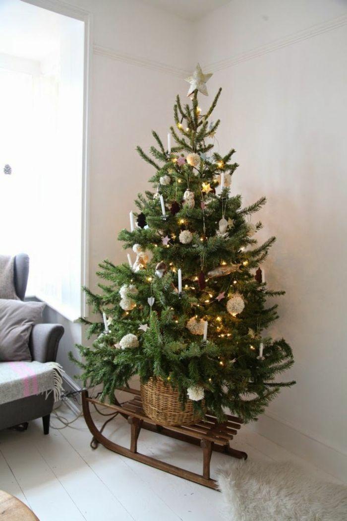 Weihnachtsbaum auf dem Holzschlitten positionieren