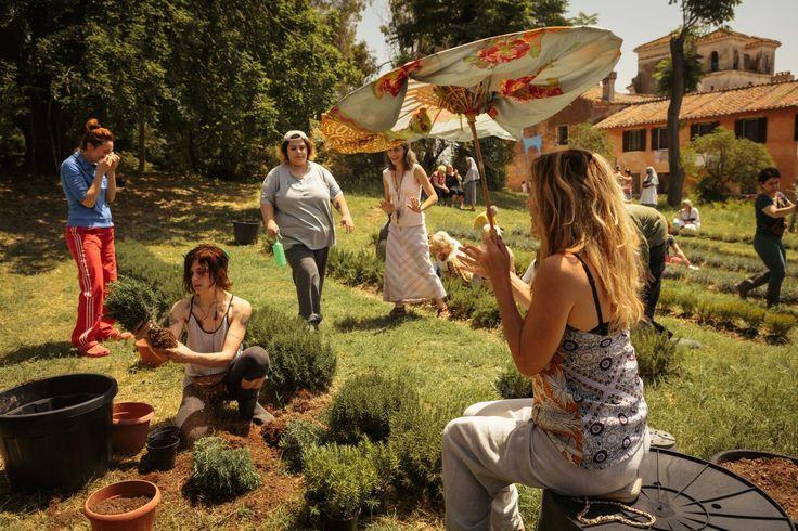 Mentre le altre lavorano, Beatrice (Valeria Bruni Tedeschi), da sotto l'ombrellino da gran dama, dispensa l'ennesima lezione su cosa e come si fa © 01 Distribution