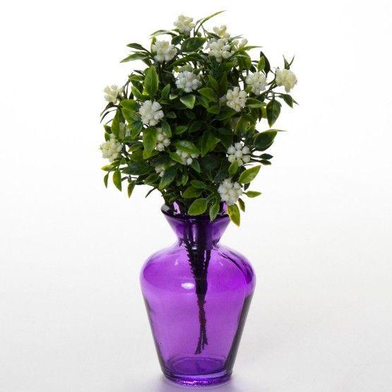 Um vaso colorido traz personalidade a sua decoração. Objeto feito em vidro roxo, pode acomodar arranjos florais ou compor seu ambiente com demais objetos decorativos. #Vaso #LojaSoulHome